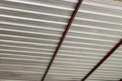 Calore dell'isolamento della stagnola d'argento sul tetto del soffitto Immagine Stock