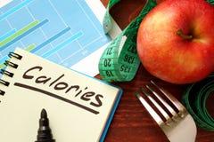 Calorieën in een agenda worden geschreven die royalty-vrije stock afbeelding