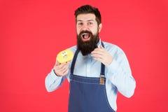 calorie De chef-kok voelt honger Calorie het tellen Dieet en gezondheid aanwinstencalorie Gebaarde mens in chef-kokschort Chef-ko royalty-vrije stock foto's