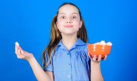 Calorie et r?gime Fond bleu doux de sourire de guimauves de cuvette de prise de visage de fille ? disposition Fille d'enfant avec photographie stock