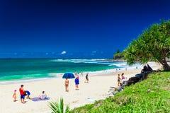 CALOUNDRA, AUS - DEC 06 2015年:在驴子海滩Calun的热的晴天 免版税库存照片