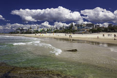 CALOUNDRA, AUS - 13 AOÛT 2016 : Jour ensoleillé chaud aux Rois Beach Calun Photo libre de droits