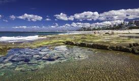 CALOUNDRA AUS - AUGUSTI 13 2016: Varm solig dag på konungstranden Calun Royaltyfria Foton