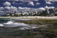 CALOUNDRA, AUS - 13 DE AGOSTO DE 2016: Día soleado caliente en reyes Beach Calun Fotografía de archivo libre de regalías