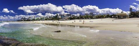 CALOUNDRA, AUS - 13 DE AGOSTO DE 2016: Dia ensolarado quente em reis Praia Calun Fotografia de Stock