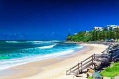 CALOUNDRA, AUS - DEC 06 2015: Gorący słoneczny dzień przy Dicky plażą Calun Zdjęcia Royalty Free