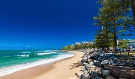 CALOUNDRA, AUS - DEC 06 2015: Gorący słoneczny dzień przy Dicky plażą Calun Zdjęcia Stock