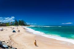 CALOUNDRA AUS - DEC 06 2015: Varm solig dag på Dicky Beach Calun Royaltyfria Bilder