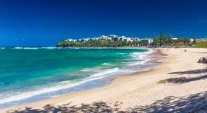 CALOUNDRA AUS - DEC 06 2015: Varm solig dag på Dicky Beach Calun Arkivbilder