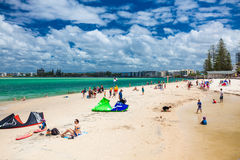 CALOUNDRA, AUS - 22 FÉVRIER 2016 : Jour ensoleillé chaud à la plage calorie de Bulcock Photographie stock libre de droits