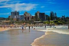 Caloundra, côte de soleil, Australie - avril 2015 : Plage serrée image stock