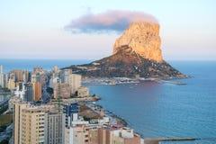 Calpe岩石, Ifach,看见从街市,肋前缘布朗卡,西班牙 免版税库存图片