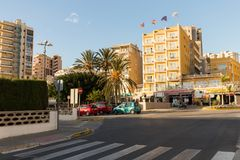 Calpe,西班牙- 2017年11月13日:Calpe地中海手段肋前缘布朗卡的,城市街道 库存照片
