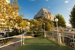 Calpe,西班牙- 2017年11月13日:Calpe地中海手段肋前缘布朗卡的,登上Ifach,城市街道 库存图片
