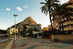 Calpe,西班牙- 2017年11月13日:Calpe地中海手段肋前缘布朗卡的,西班牙 大厦的看法-旅馆和apartme 免版税库存图片