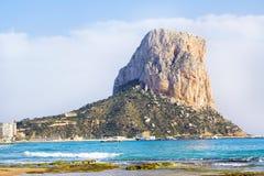 Calpe, Αλικάντε, Arenal Bol παραλία με Penon de Ifach το βουνό Στοκ Φωτογραφία