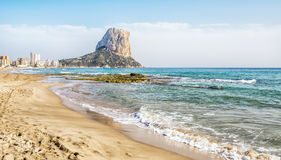 Calpe, Αλικάντε, Arenal Bol παραλία με Penon de Ifach το βουνό Στοκ Εικόνα