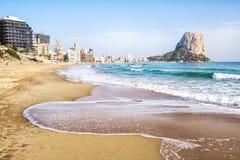 Calpe Alicante, Arenal Bol strand med det Penon de Ifach berget Arkivbild