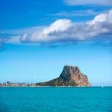 Calpe Alicante Arenal Bol strand met Penon DE Ifach Stock Afbeeldingen