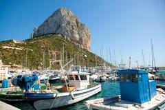 Calpe Alicante fisherboats med Penon de Ifach Arkivbild
