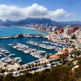 Calpe spain Panorama av marina med yachter på bakgrunden staden och kullarna Selektivt fokusera Kicken metar beskådar Royaltyfri Bild