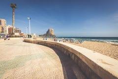 Calpe Spanien-April 2,2015: Berömd medelhavs- semesterort Calpe i S fotografering för bildbyråer