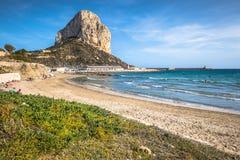 Calpe Spanien-April 2,2015: Berömd medelhavs- semesterort Calpe i S royaltyfri fotografi