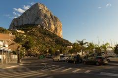 Calpe, Spanien - 13. November 2017: Mittelmeererholungsort von Calpe in Costa Blanca, Berg Ifach, Stadtstraße Stockfotos