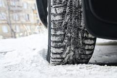 Calpesti le gomme dell'inverno dell'automobile con liposystem Azionamento sicuro immagine stock