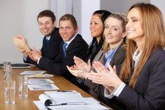 Calpping Hände des Geschäftsteams während der Sitzung Stockbild