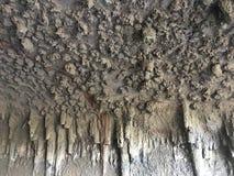 Calthemite, naturellement élevage de l'homme a fait des matériaux, très semblables comment les stalactites se développent, à 1 photo libre de droits