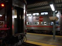 Caltrain drev sitter i station på natten på den 4th gatastationen Arkivfoto