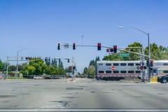 Caltrain skrzyżowanie przy ulicznym złączem blisko mieszkaniowego sąsiedztwa w Sunnyvale Obrazy Royalty Free