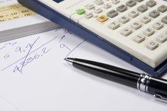 Calulator y una pluma Imagen de archivo libre de regalías