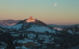 Calvário em Banska Stiavnica e a lua Fotos de Stock Royalty Free