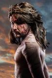 Calvário jesus, sangramento do homem, representação da paixão com azul imagens de stock