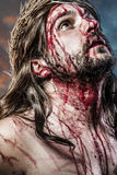 Calvário jesus, sangramento do homem, representação da paixão com azul imagens de stock royalty free