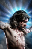 Calvaire Jésus, saignement d'homme, représentation de passion avec le bleu Photographie stock
