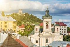Calvary και εκκλησία της υπόθεσης με τις ακτίνες ήλιων στην ΕΤΠ Banska Στοκ φωτογραφία με δικαίωμα ελεύθερης χρήσης