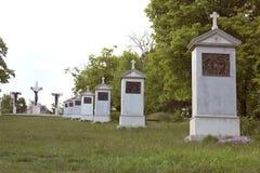 Calvarymonument nära den BenedictineTihany abbotskloster av Ungern Arkivbilder