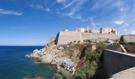 Calvi, citadela, praia, paredes antigas, porto, skyline, Córsega, Corse, França, Europa, ilha Imagens de Stock