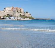 Calvi, ciudadela, playa, paredes antiguas, puerto deportivo, veleros, horizonte, Córcega, Corse, Francia, Europa, isla Imagen de archivo libre de regalías