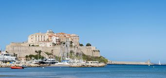 Calvi, ciudadela, playa, paredes antiguas, puerto deportivo, veleros, horizonte, Córcega, Corse, Francia, Europa, isla Foto de archivo