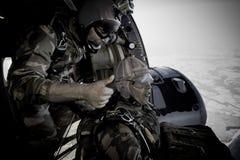 Calvi, Corsica - September 10, 2011 Groep legionairs van het 2de valschermregiment in het vliegtuig vóór de sprong royalty-vrije stock afbeeldingen