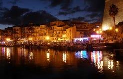 Calvi på natten, promenaden och pir, Korsika Arkivbild