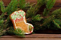 Calza del pan di zenzero su un fondo del ramo dell'abete, primo piano Immagini Stock Libere da Diritti