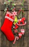 Calza della decorazione di Natale e giocattoli fatti a mano Fotografia Stock