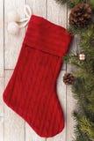 Calza e decorazione di Natale sulla plancia bianca nel fondo fotografie stock