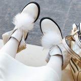 Calza a la mujer botas hermosas en las piernas del ` s de las mujeres el blanco calza el primer al aire libre Mujer feliz Imagen de archivo