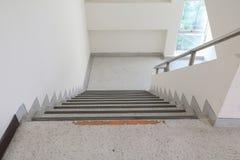 Calzada abajo del piso del terrazo de las escaleras Fotos de archivo libres de regalías